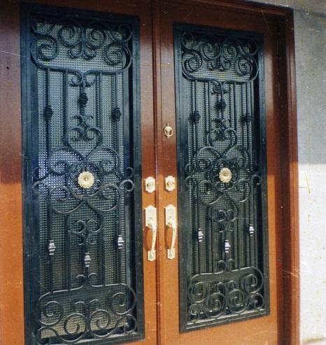 Herreria carmona puertas de forja for Modelos de puertas de forja